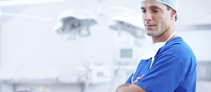 medico preocupado com indenização por erro médico